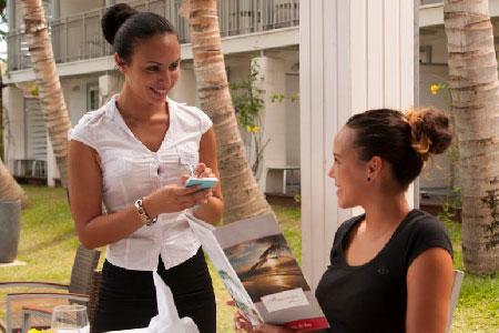 Une hôtesse en restauration en train de servir une femme